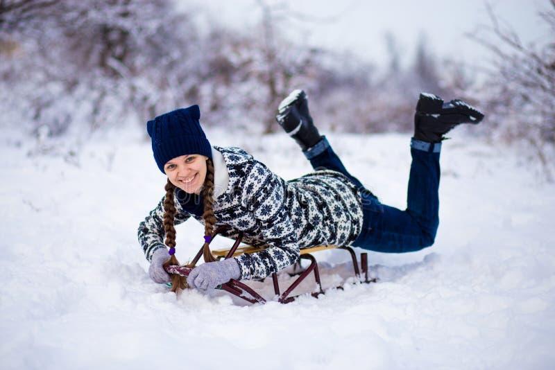 Szalona kobieta cieszy się sanie przejażdżkę Kobiety sledding fotografia royalty free
