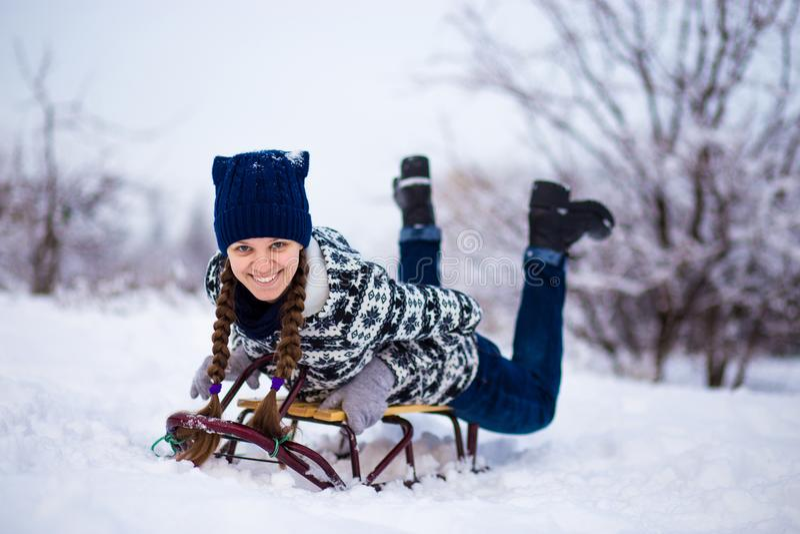 Szalona kobieta cieszy się sanie przejażdżkę Kobiety sledding obraz stock