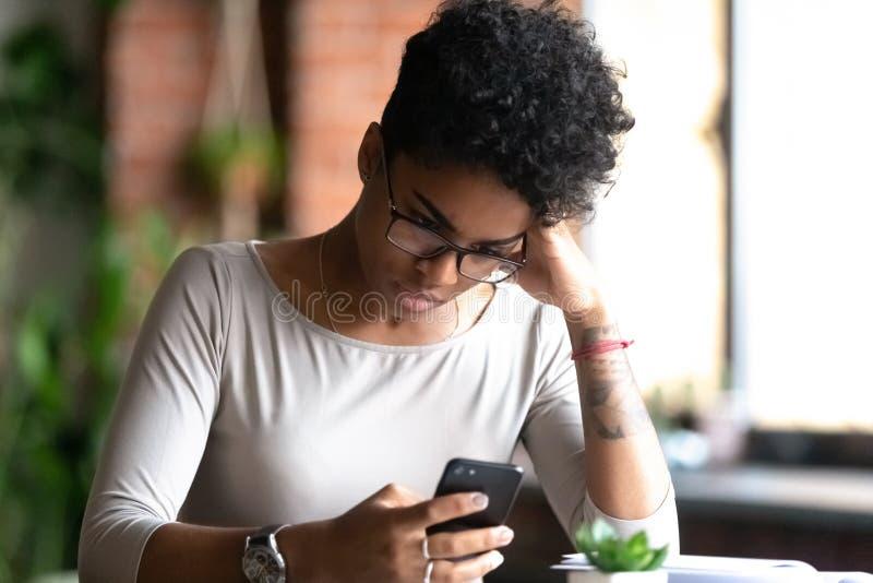 Szalona, rasistowska dziewczyna wkurzona problemami smartfonów zdjęcia royalty free