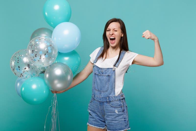 Szalony śmieszny krzyczący młodej kobiety mruganie, seansów bicepsy, mięśni świętować, trzyma kolorowych lotniczych balony odizol zdjęcia royalty free