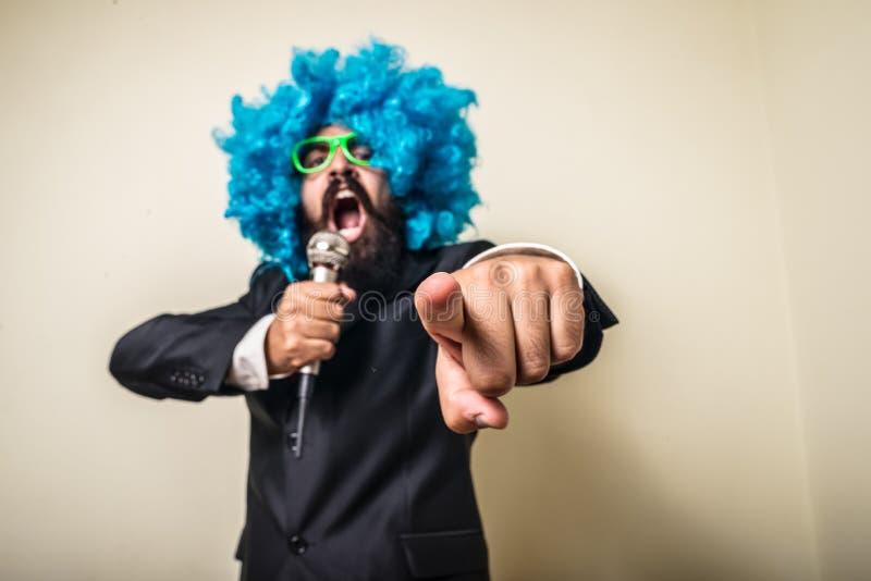 Szalony śmieszny brodaty mężczyzna z błękitną peruką zdjęcia stock