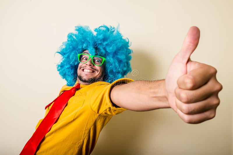 Szalony śmieszny młody człowiek z błękitną peruką zdjęcie royalty free