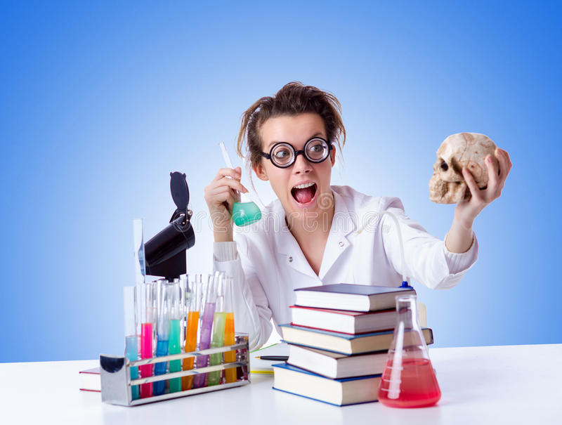 Szalony żeński chemik w lab obraz stock