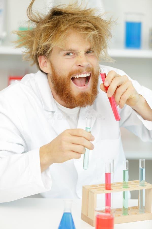 Szalony alchemik sprawdza pr?bne tubki zdjęcie royalty free