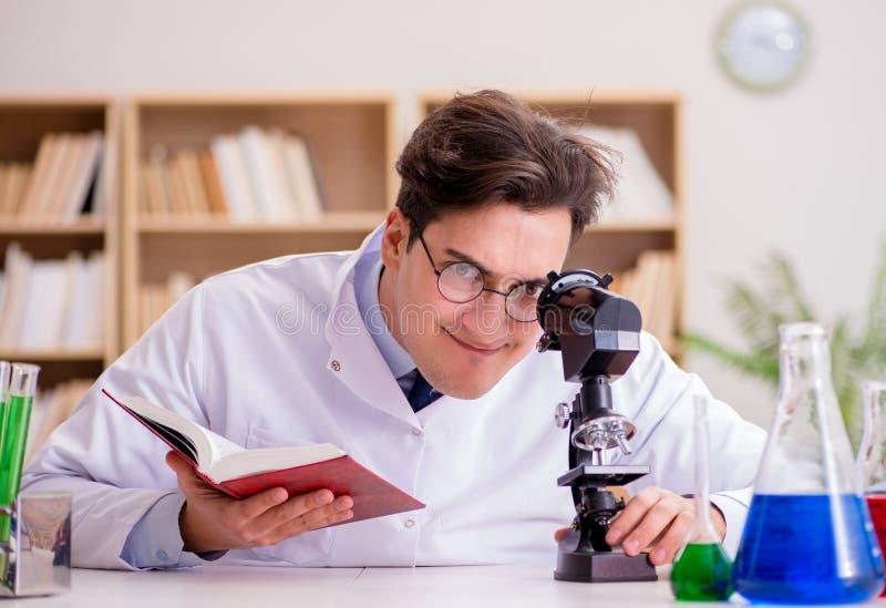 Szalony doktor badający eksperymenty w laboratorium zdjęcie royalty free