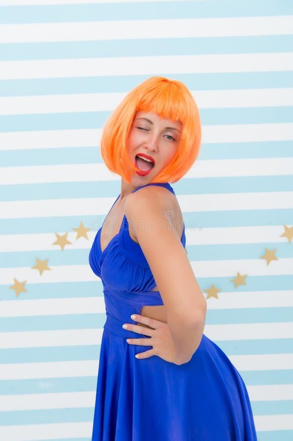 Szalony dziewczyny mrugać dziewczyna z pomarańczowym włosy i szalonym spojrzeniem moda model który powoduje admirację kobiety odc fotografia stock
