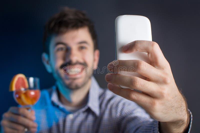 Szalony mężczyzna robi selfie z koktajlem obrazy stock