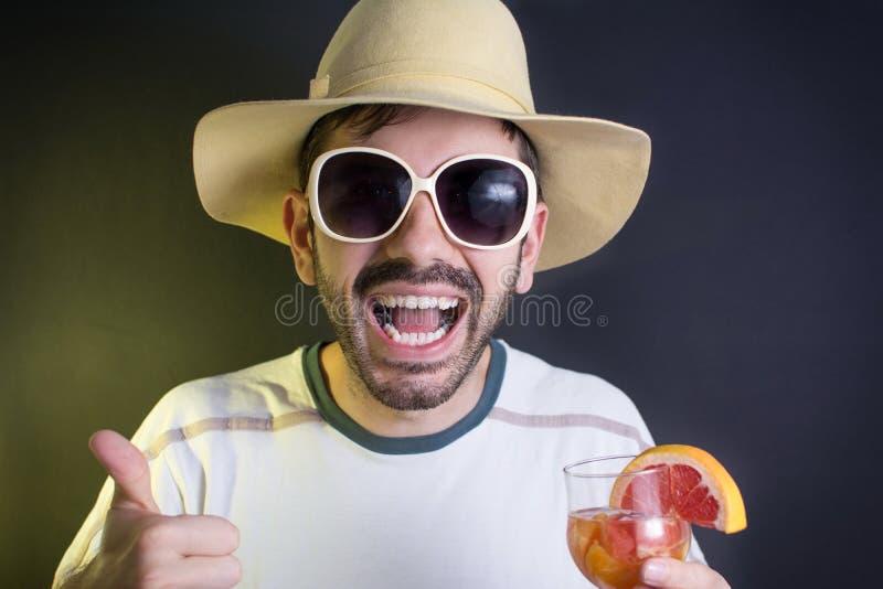 Szalony mężczyzna z koktajlem przy przyjęciem obraz stock