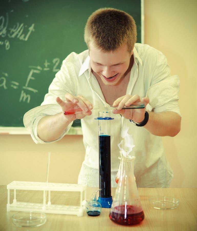 Szalony naukowiec przy laboratorium na chemicznym experime obrazy royalty free