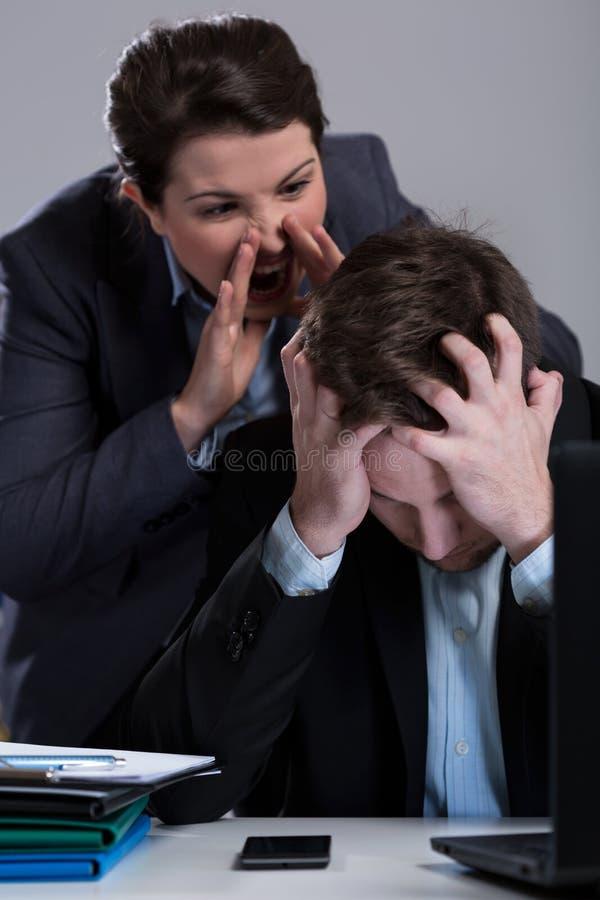 Szalony szef wrzeszczy przy pracownikiem obraz royalty free