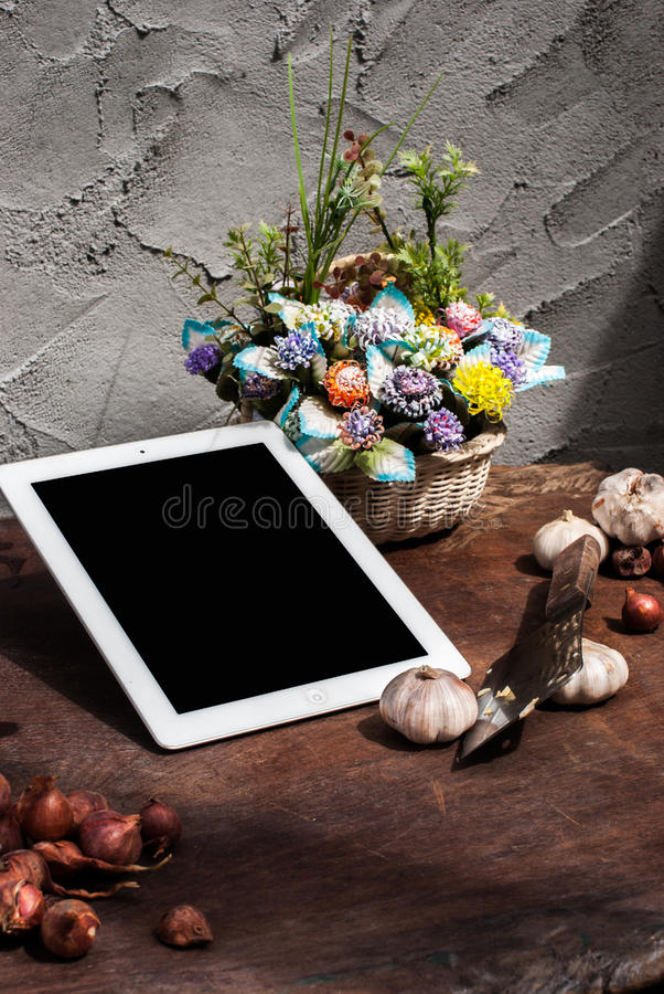Szalotki, cebula, czosnek, ciapanie deska, nóż, kwiat z zdjęcie stock