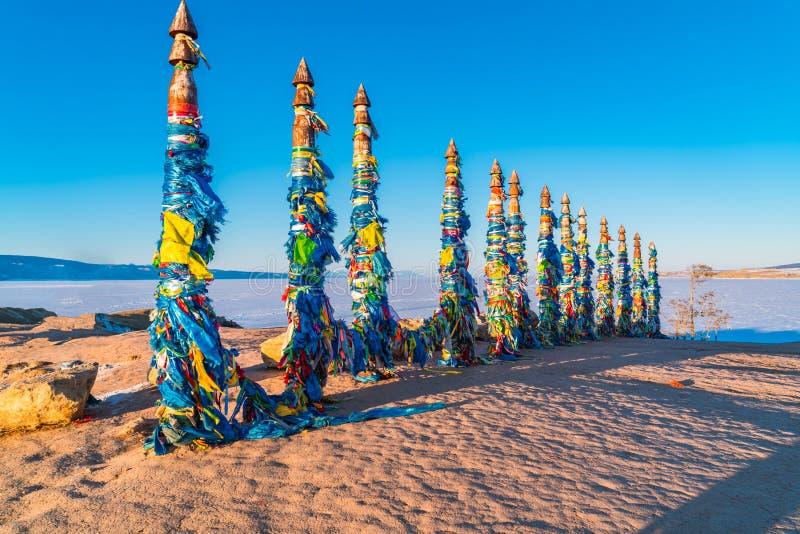 Szamanu totemu słupy przy przylądkiem Burkhan na Olkhon wyspie zdjęcie stock