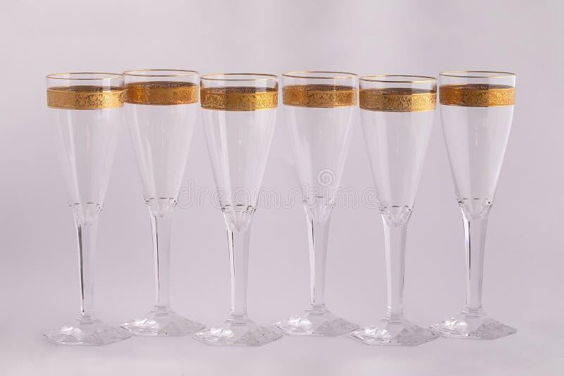 Szampańscy szkła robić Czeski szkło z Złotym ornamentem odizolowywającym na białym tle zdjęcia royalty free