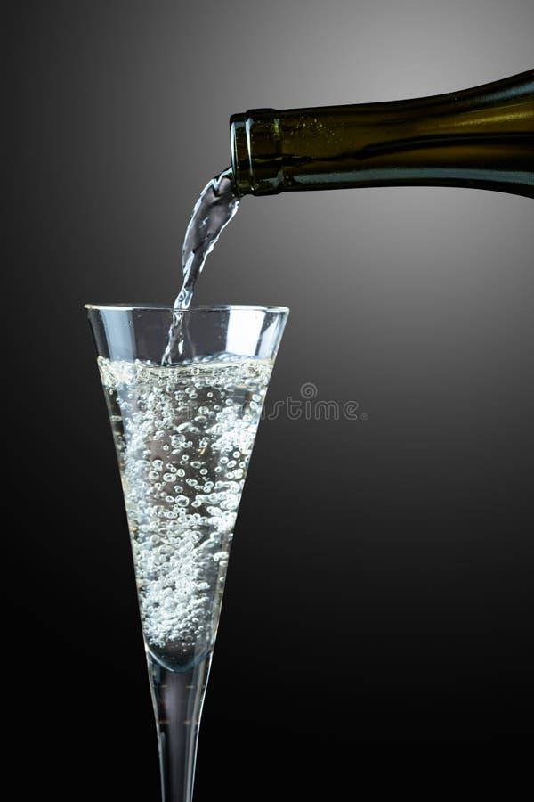 szampański szklany dolewanie obrazy royalty free