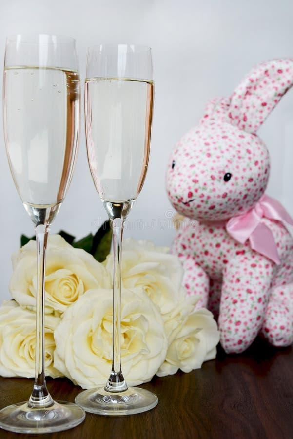 Szampańscy szkła, pudełko czekolada, wiązka Białe róże i Pi, zdjęcia stock