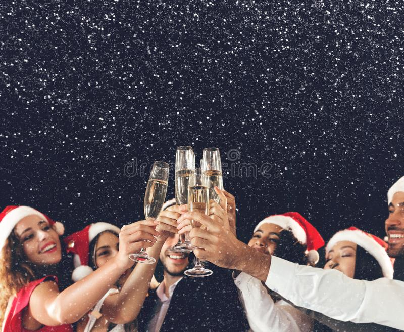 Szampańscy szkła w ludziach ręk przy nowym rokiem fotografia stock