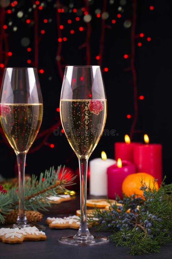 Szampańscy szkła w wakacyjnym położeniu Boże Narodzenia i nowego roku świętowanie z szampanem zdjęcia stock