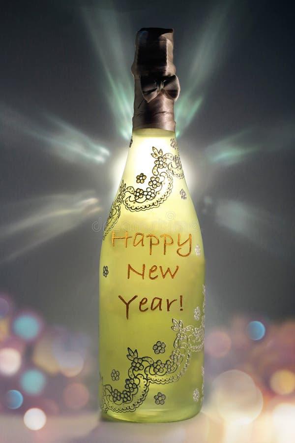 Szampańska butelka bardzo miło dekorował z wiadomość Szczęśliwym nowym rokiem obrazy stock