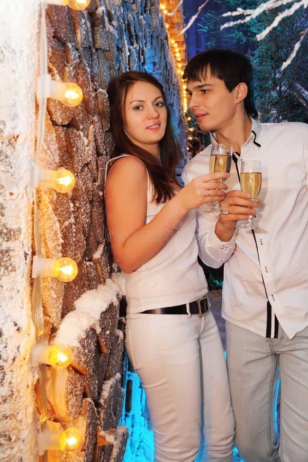 szampańska szkieł mężczyzna stojaka kobieta zdjęcie royalty free