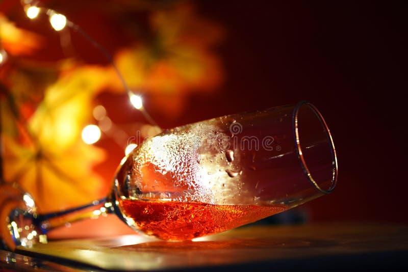 Szampański szkło na stole przeciw zamazanemu światła tłu jasny wina szkło dla nocy przyjęcia na - perspektywa kryształ - fotografia stock