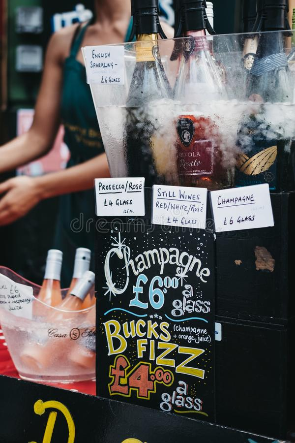 Szampan, prosecco i wino szkłem na sprzedaży przy targowym stojakiem w podgrodzie rynku, Londyn, UK zdjęcie royalty free