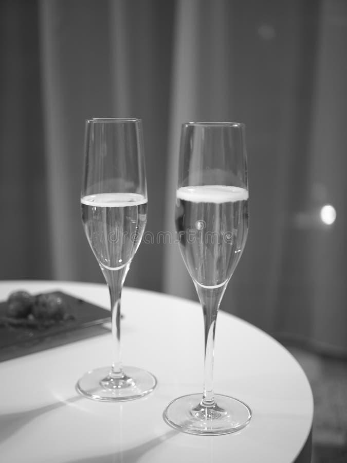 Szampan w dwa szkłach, odświętność, czarny i biały zdjęcia stock