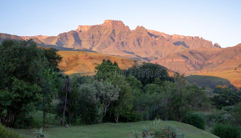Szampana kasztel, Cathkin szczyt i michaelity Cowl: szczyty blisko Winterton tworzy część środkowy Drakensberg, Południowa Afryka zdjęcia royalty free