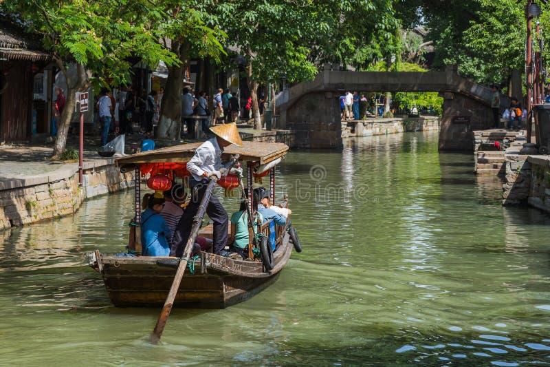 Szanghaj Chiny, Maj, - 23, 2018: Łódkowaty rejs na kanale w Zhuj zdjęcia royalty free