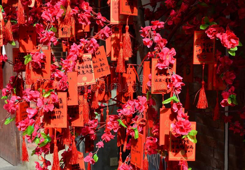 SZANGHAJ CHINY, MAJ, - 7 2017: Chińska czerwień życzy pastylki przy Tianzifang turystycznymi sztukami i wykonuje ręcznie enklawę  obraz stock