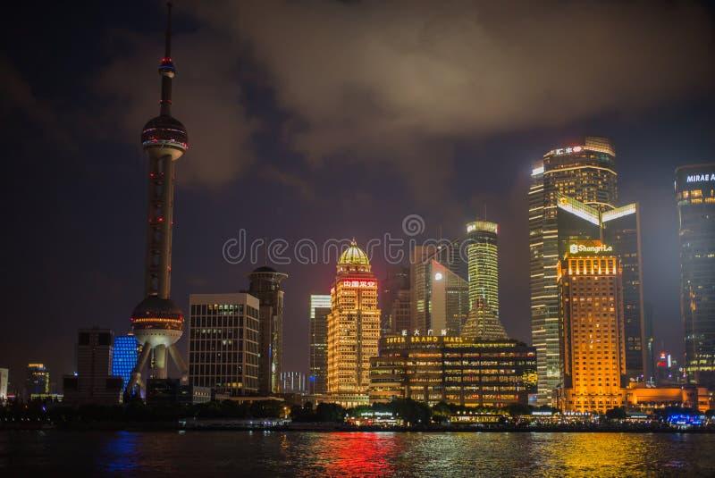 SZANGHAJ, CHINY: Pudong gromadzki widok od Bund nabrzeża terenu zdjęcie stock
