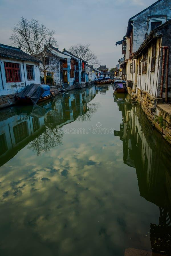 SZANGHAJ, CHINY: Sławny Zhouzhuang wody miasteczko, antyczna dzielnica miasta z kanałami i starzy budynki, czarować popularny zdjęcia stock