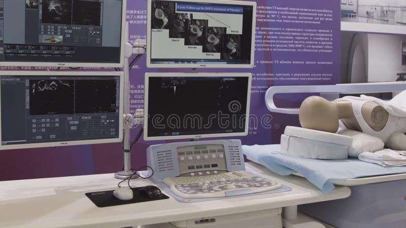 SZANGHAJ, CZERWIEC - 28 2018: Medyczna robot operacji zwijania robota spełniania operacja na wzorcowym ludzkim Laparoscopy wewnąt zdjęcie stock