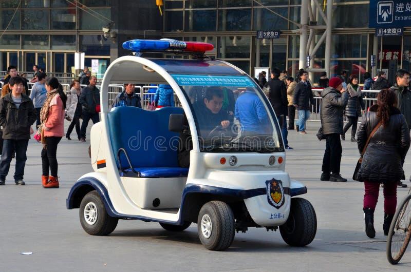 Szanghaj golfowej fury Milicyjny zapluskwiony pojazd na zewnątrz staci kolejowej, Chiny fotografia stock
