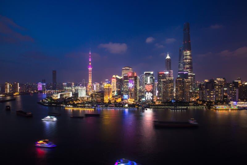 Szanghaj huangpu rzeka przy nocą obrazy stock