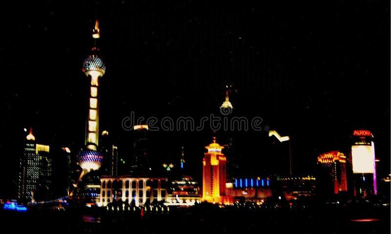 Szanghaj Kosmopolityczny teren przy nocą zdjęcie royalty free