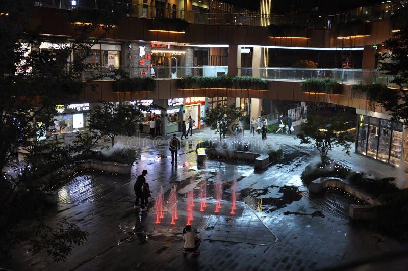 Szanghaj, 2nd może: Centrum handlowe podwórzowa fontanna nocą na sławnej Nanjing drodze w Szanghaj zdjęcie royalty free