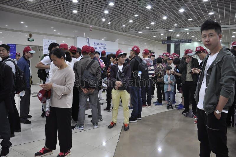 Szanghaj, 2nd może: Tłum stacji metrej wnętrze od Szanghaj fotografia royalty free