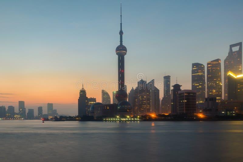 Szanghaj, Porcelanowa linia horyzontu na Huangpu rzece w Szanghaj miasto zdjęcia stock