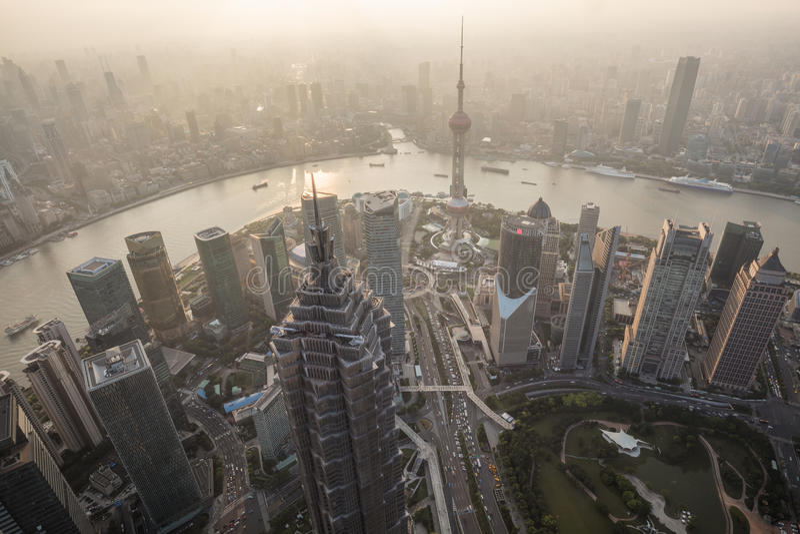 Szanghaj, Porcelanowy pejzaż miejski przegapia Pieniężnej Huangpu rzeki i okręgu obraz stock