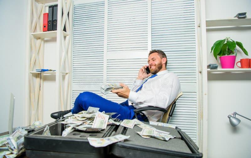 Szantażu i pieniądze wydarcie Bezprawny pieniądze zysku pojęcie Biznesmen dyskutuje pomyślną transakcję Oszust mówi wiszącą ozdob zdjęcia stock