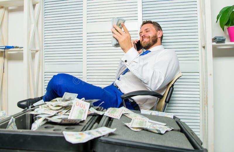 Szantażu i pieniądze wydarcie Bezprawny pieniądze zysku pojęcie sukces się Mężczyzny oszust mówi telefon komórkowego pyta dla obrazy royalty free