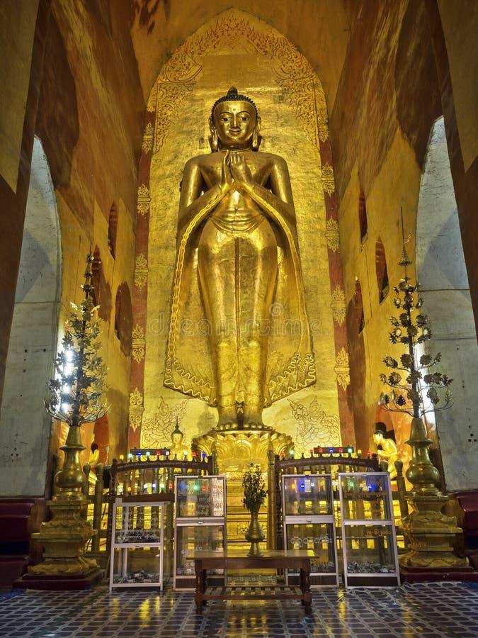 Szanująca Trwanie Buddha statua w Ananda świątyni, Bagan, Myanmar zdjęcia stock