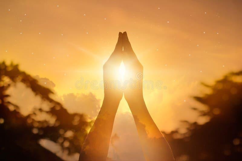 Szanuje i ono modli się na natury tle zdjęcie stock