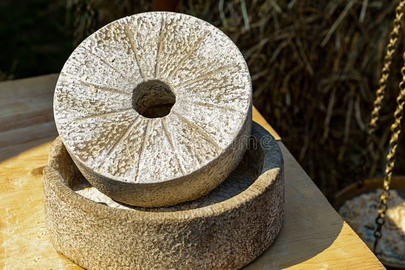 Szara ampuła kamieni round dziura w centrum nierównym śrutowaniu groszkuje jaglanego kukurydzanej mąki produkcji ciasta chleb zdjęcie royalty free