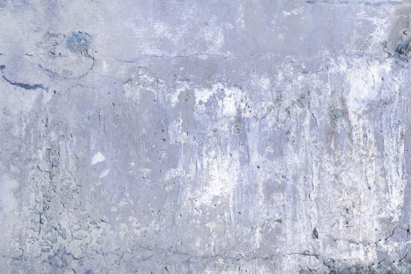 Szara betonowa ściana z pęknięciami i dziurami Tło z teksturą fotografia stock