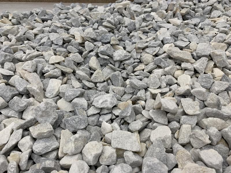 Szara mała granitowa kruszka, materiał budowlany, prosty tło zdjęcie stock