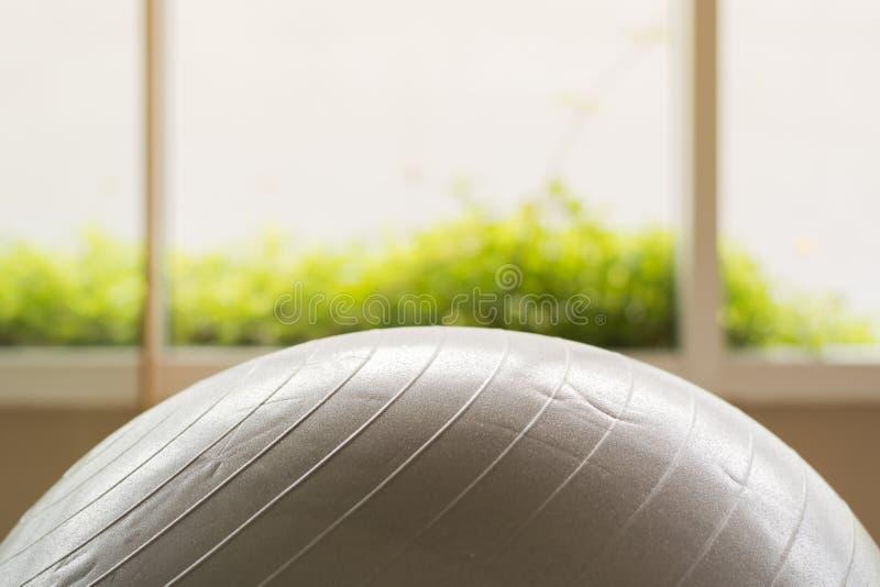 Szara piłka w sprawności fizycznej zdjęcie royalty free