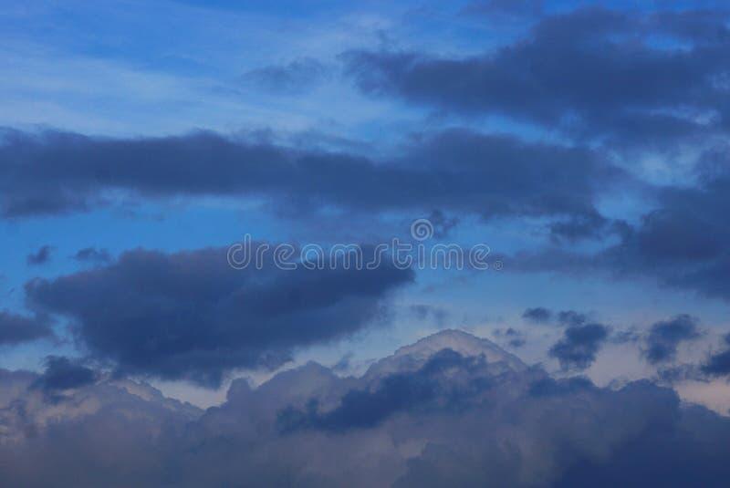 Szare czarne chmury w błękitnym wieczór niebie fotografia royalty free