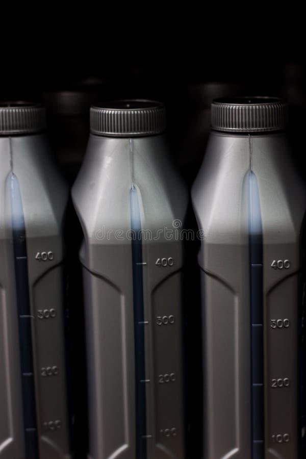 Szare plastikowe puszki motorowi oleje obrazy stock