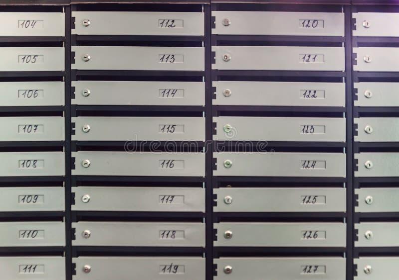 Szare skrzynki pocztowa w bloku mieszkalnym, zakończenie obrazy stock